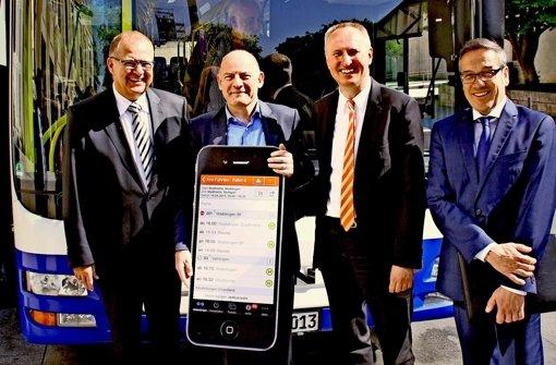 Minister Winfried Hermann (Zweiter von links), VVS-Manager  Horst Stammler (Zweiter von rechts) zeigen mit den   Busunternehmern   Horst Windeisen (links)  und Markus Dannenmann das neue Navigationssystem für den Nahverkehr in der Region. Foto: VVS