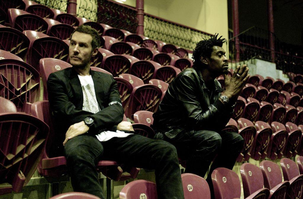 Auf diesem Bild sind die Musiker Robert Del Naja (links) und Daddy G und vielleicht auch der Künstler Banksy zu sehen. Foto: Universal