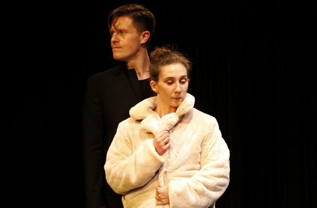 Dunkle Zweifel: Michael Ransburg als Hamlet und Laura Kaiser als Ophelia im Forum-Theater Foto: Theater