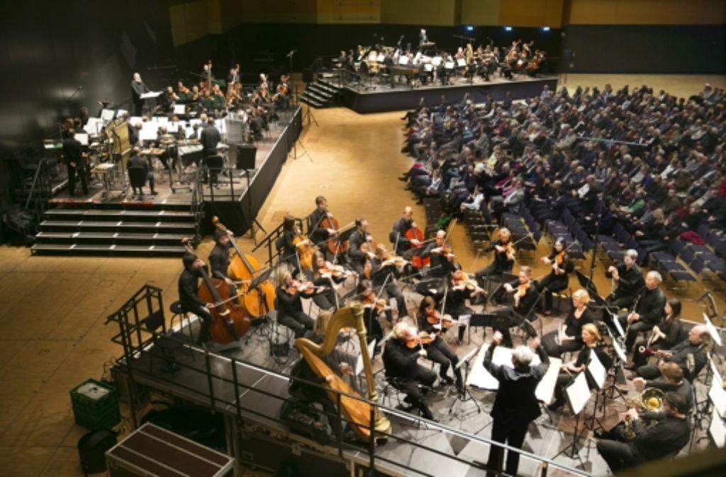 """Vereint in einem Saal der Messe Stuttgart: das Radio-Sinfonieorchester des SWR und das  Staatsorchester führen Karlheinz Stockhausens """"Gruppen"""" auf. Foto: Horst Rudel"""