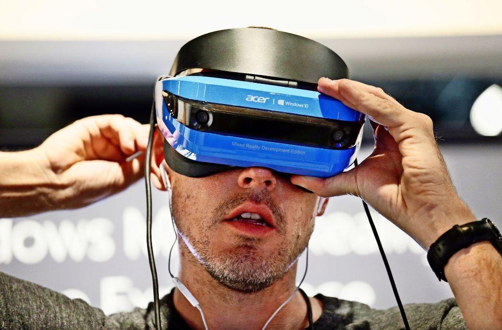 Bei Virtual Reality-Brillen sind alle Tech-Unternehmen dabei – auch Microsoft mit der Hololens. Foto: AP