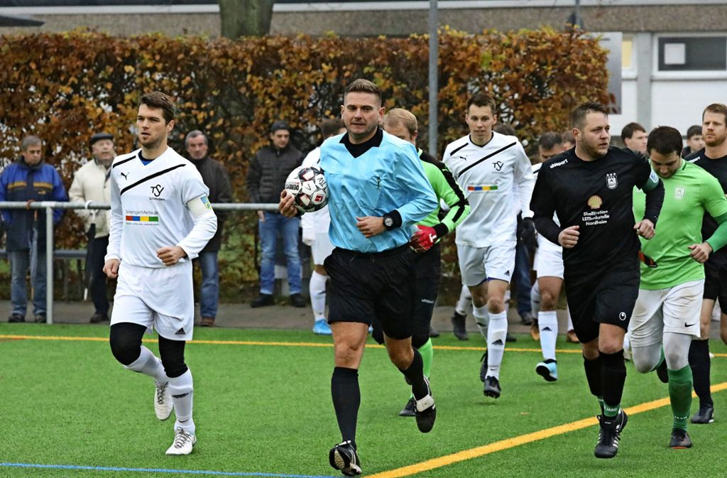 Marc  Weinle läuft am Sonntag mit Ball  und den Kreisliga-A-Spielern auf dem Kunstrasenplatz in Schmiden  ein. Foto: Patricia Sigerist