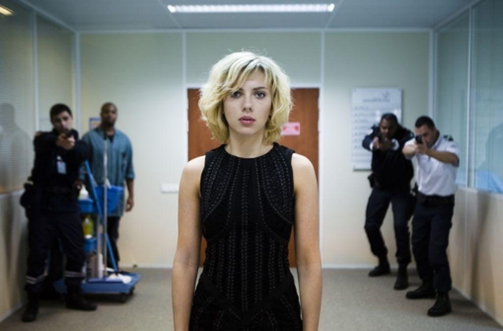 Lucy (Scarlett Johansson) hat viele Feinde. Aber sie hat dank einer Wunderdroge auch alles bestens im Griff. Foto: Universal Pictures