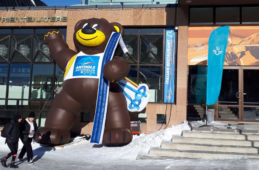 Und nebenan steht ein aufgeblasener Bumsi neben dem Hauptquartier der italienischen Biathleten. Der Braunbär wirbt für die WM 2020 in Südtirol. Foto: STZN
