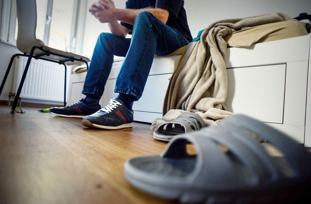 Dominik im Zimmer eines Mitbewohners. Sein Gesicht will er nicht zeigen. Foto: Lg/Kovalenko