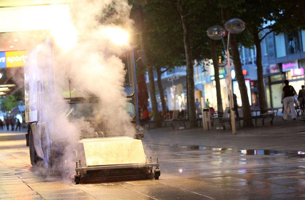 Kampf gegen Kaugummis: Spezialreinigung auf der Königstraße Foto: Lichtgut/Leif Piechowski