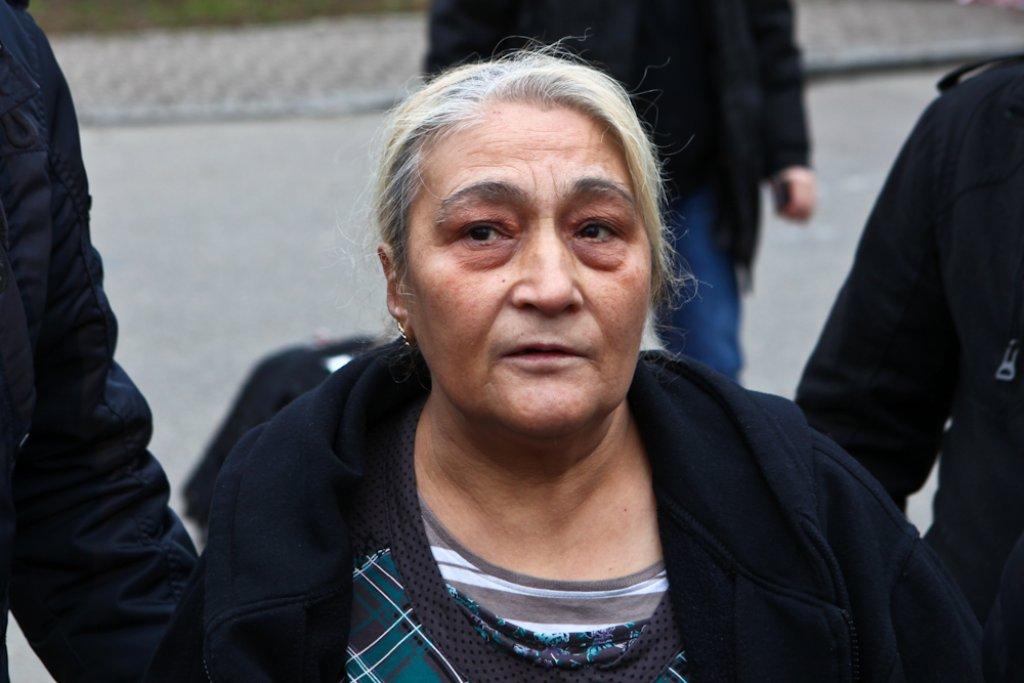 Die elektrischen Leitungen in der Wohnung seien total marode gewesen, sagte die Großmutter der sieben getöteten Kinder, Hatice Ö. (63, Foto), am Montag in der Backnanger Moschee. Der Vermieter habe sich aber nicht darum gekümmert. Foto: Benjamin Beytekin