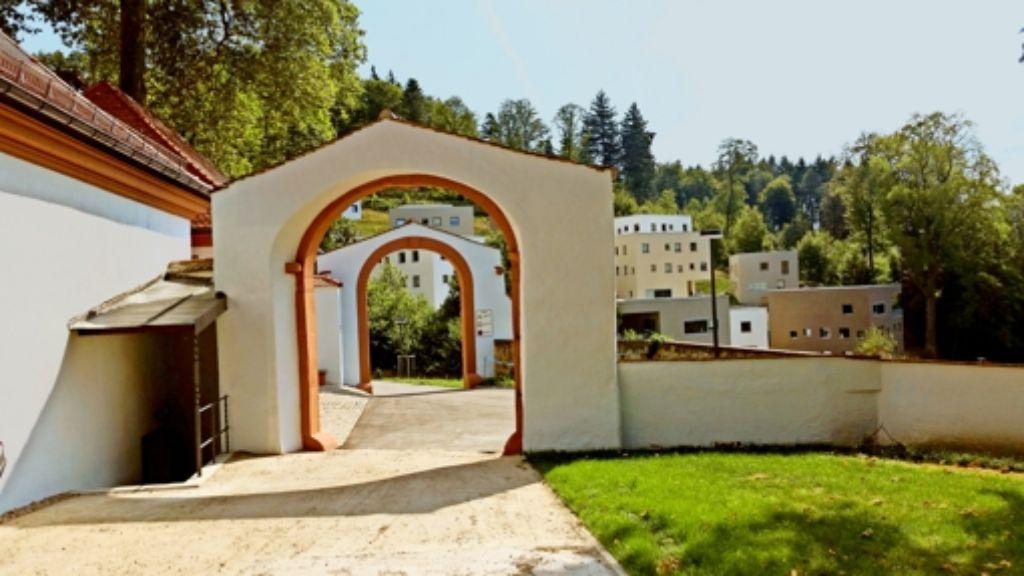 Ein nagelneuer Lernort: ein Dutzend  Schüler- und Lehrerhäuser  wurde in Freiburg  auf den  Hang neben Kloster und Klostergarten  in der ehemaligen  Kartaus gebaut. Foto: Siebold