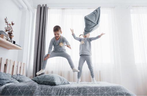 In diesem Artikel verraten wir Ihnen, ab wann Sie Ihr Kind alleine lassen können und welche Voraussetzungen wichtig sind.
