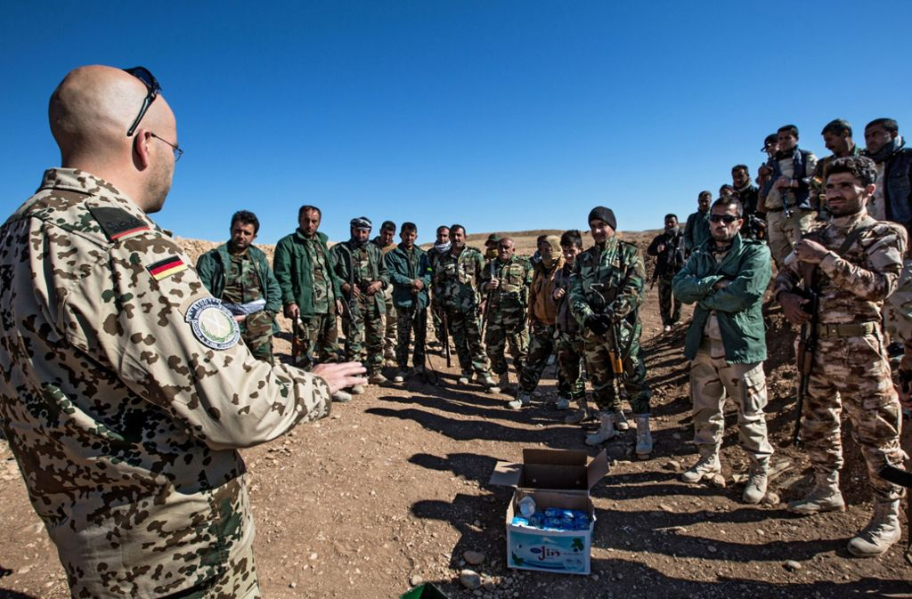 Deutsche Soldaten bilden kurdische Peschmerga-Einheiten bei Erbil im Nordirak (Kurdistan) aus (Foto vom 03.11.15). Der Ausbildungseinsatz der Bundeswehr im Irak soll auf das ganze Land ausgeweitet werden. Foto: epd
