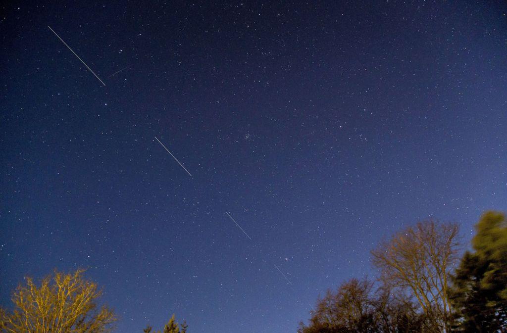 Der Starlink-Satellitenschauer irritierte am Donnerstag einige Stuttgarter. Foto: AP/Mads Claus Rasmussen