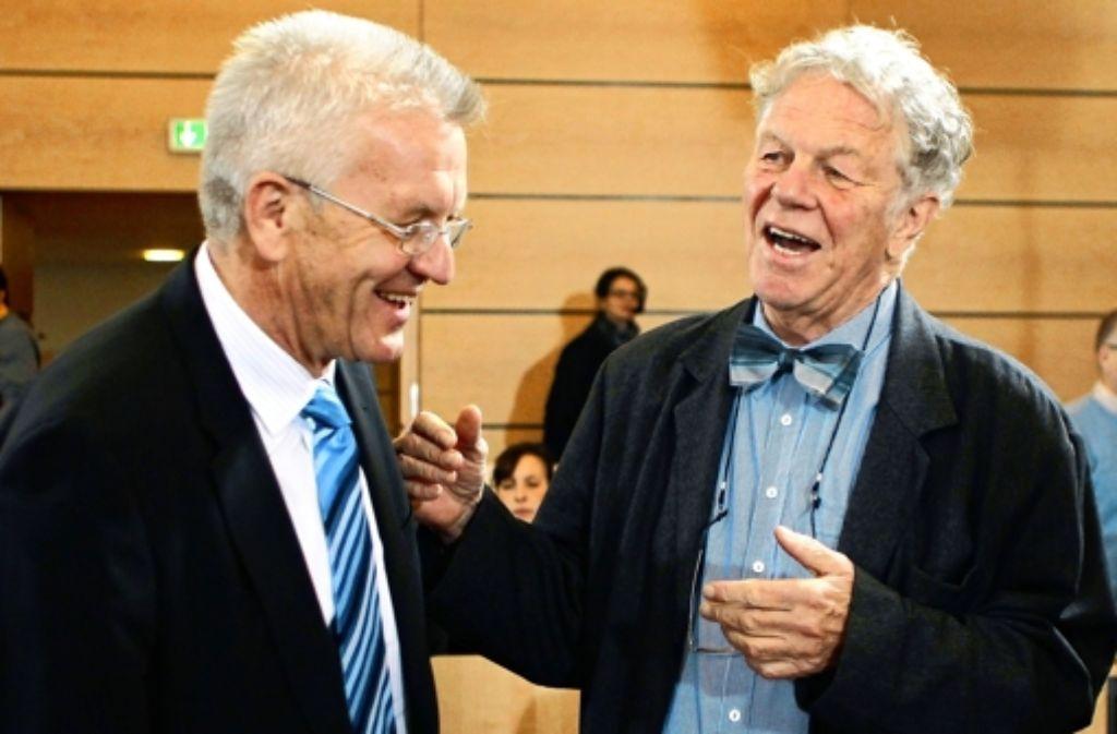 Peter Conradi (r.) im Gespräch mit Ministerpräsident Winfried Kretschmann. Foto: dapd