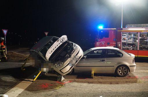 Auto landet auf Motorhaube – drei Schwerverletzte