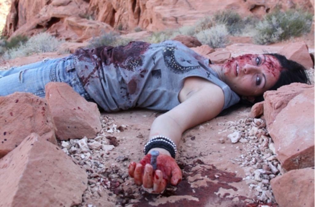 """Hier fließt nur Kunstblut: Annika Strauss spielt in """"Seed II"""" die Opferrolle. Foto: Oliver Maack"""