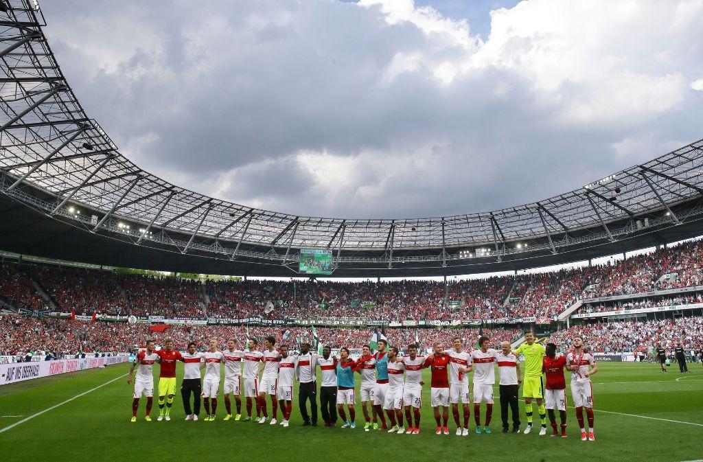 Die VfB-Spieler bedanken sich nach der 0:1-Niederlage in Hannover bei den mitgereisten Fans. Foto: Pressefoto Baumann