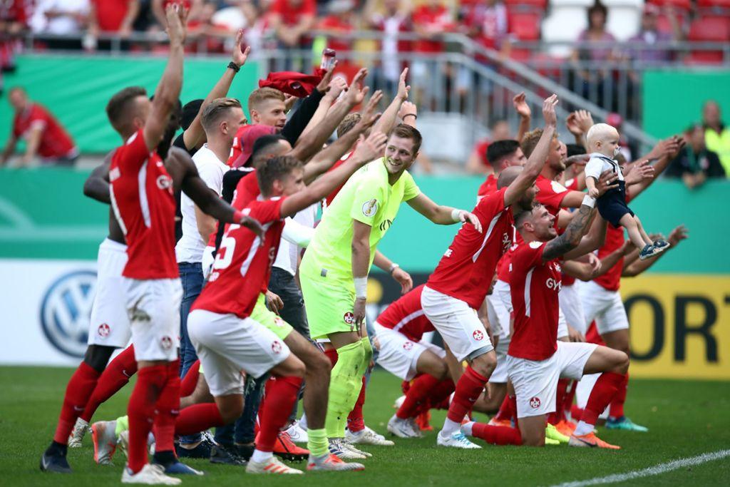 Die Spieler des 1. FC Kaiserslautern feiern ihren Sieg gegen Mainz 05. Foto: Bongarts/Getty