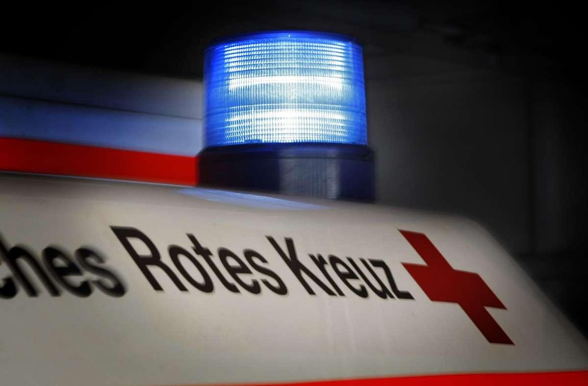 Der 54-Jährige musste schwer verletzt in ein Krankenhaus gebracht werden. (Symbolbild) Foto: picture alliance / dpa/Daniel Karmann