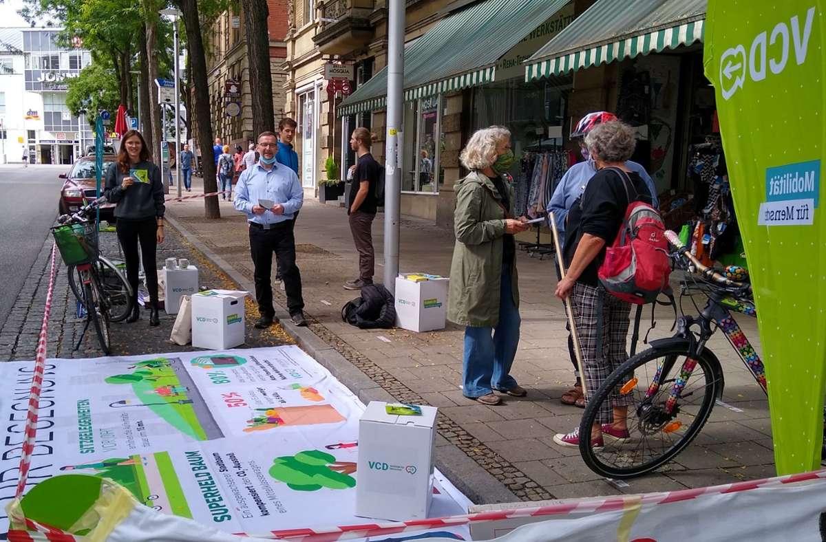 Mitglieder des ökologische Verkehrsclub VCD zeigen in Ludwigsburg, wie viel Platz ein durchschnittliches Auto braucht. Foto: VCD