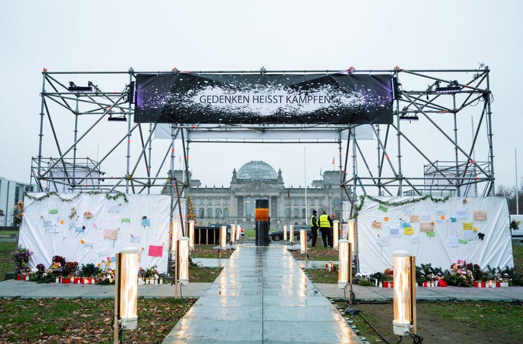 """Die Künstlergruppe """"Zentrum für politische Schönheit"""" (ZPS) hatte am Montag in der Nähe von Bundestag und Kanzleramt eine temporäre Gedenkstätte für NS-Opfer errichtet. Foto: dpa/Christophe Gateau"""