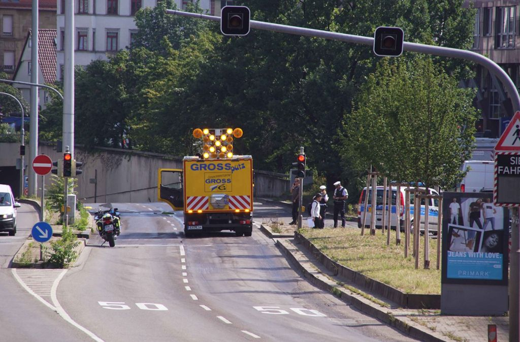 In Stuttgart ist es zu einem Stauchaos gekommen, nachdem ein Lkw Reinigungsmittel verloren hatte. Foto: Andreas Rosar