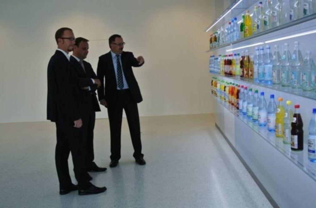 Kandidat Thorsten Majer (links) beim Getränke-Logistikers Winkels; von rechts Gerhard Kaufmann, Geschäftsführender Gesellschafter, und Staatssekretär Ingo Rust. Foto: Kurz