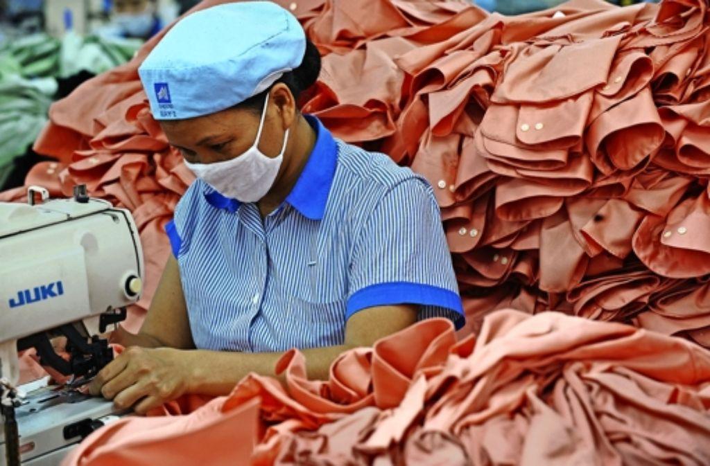 Eine Näherin fertigt Kleidung in einer Fabrik in Vietnam. Foto: AFP