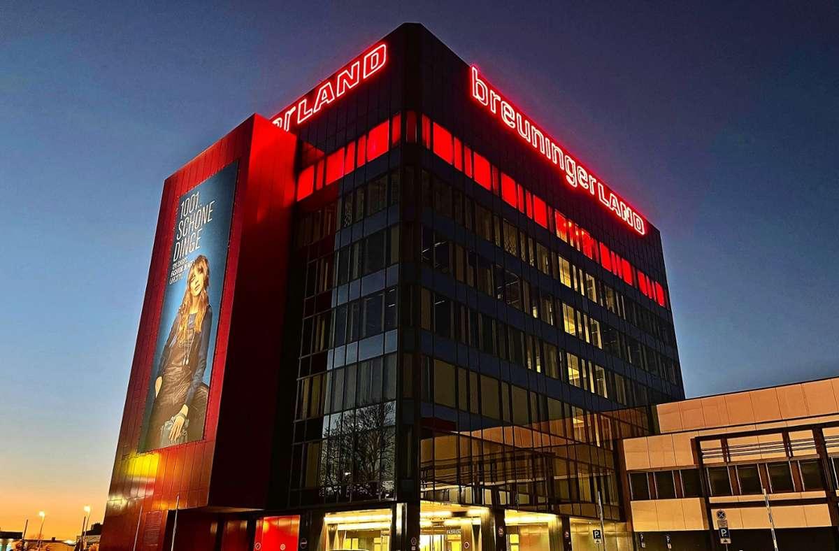 Deswegen ist zur Zeit am Abend im siebten Stock des Fashion Towers rotes Licht an.  Foto: Breuninger