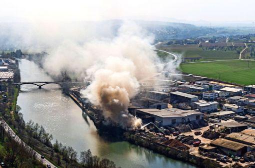 Häcksler fängt Feuer: Mülldeponie steht in Flammen