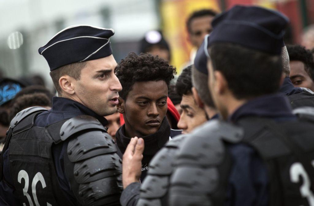 In Calais ist die Räumung des Flüchtlingslagers am ersten Tag ohne größeren Proteste verlaufen. Foto: dpa