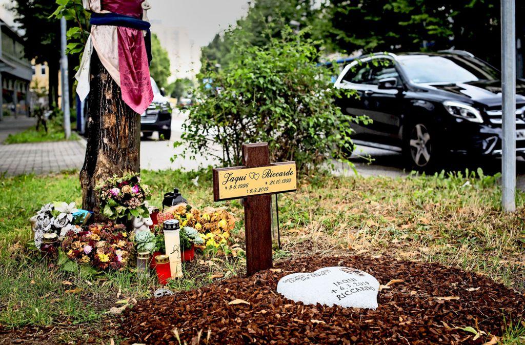 Blumen, Kerzen, ein Kreuz und der Gedenkstein am Unfallort Foto: Lichtgut/Max Kovalenko
