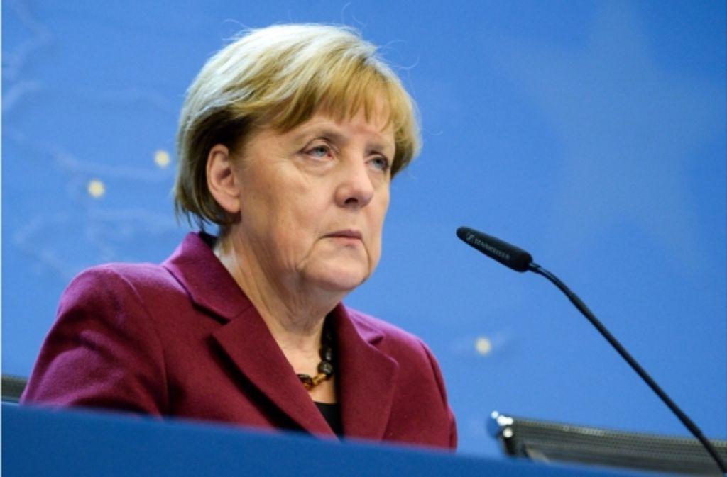 Geschafft und frustriert über die zerstrittenen Europäer – Angela Merkel bei der nächtlichen Pressekonferenz nach dem EU-Gipfel. Foto: EPA