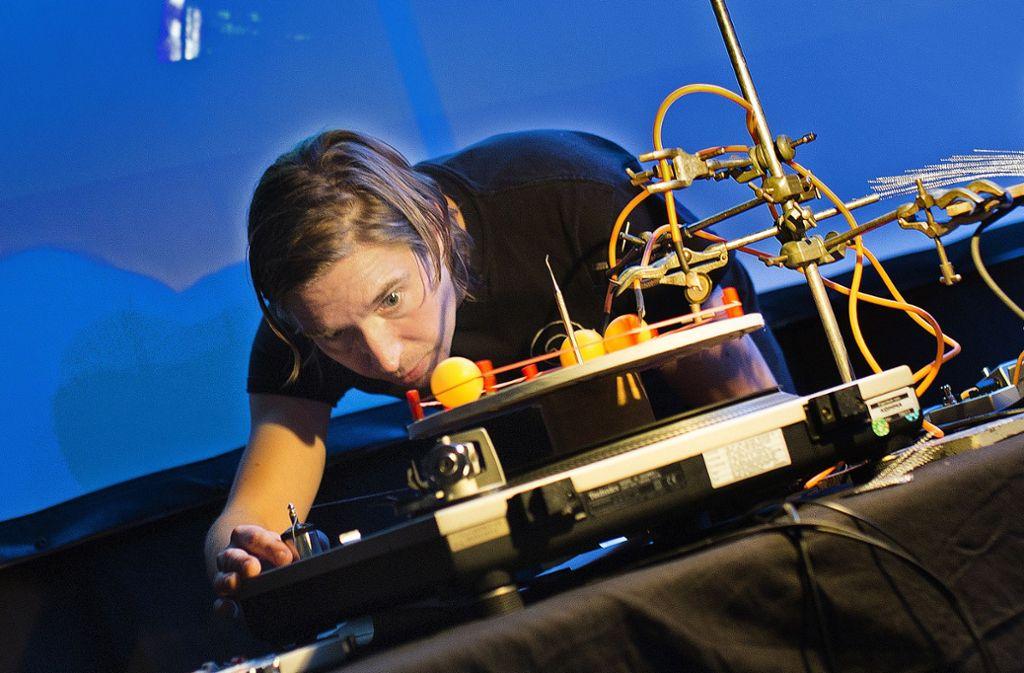Graham Dunning macht Musik mit Plattenspieler und Lochscheibe Foto: Horst Rudel