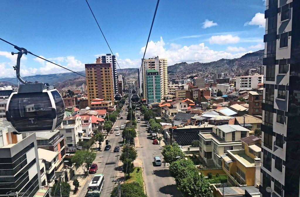 So schwebt man mit der Seilbahn über den Straßen der bolivianischen Millionenstadt La Paz. Foto:
