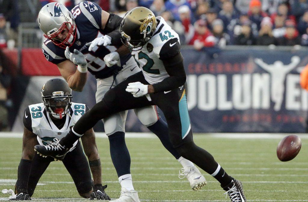 In der NFL geht es zur Sache – in dieser Szene zieht sich Rob Gronkowski (Mitte) von den New England Patriots gegen die Jacksonville Jaguars eine Gehirnerschütterung zu. Foto: AFP