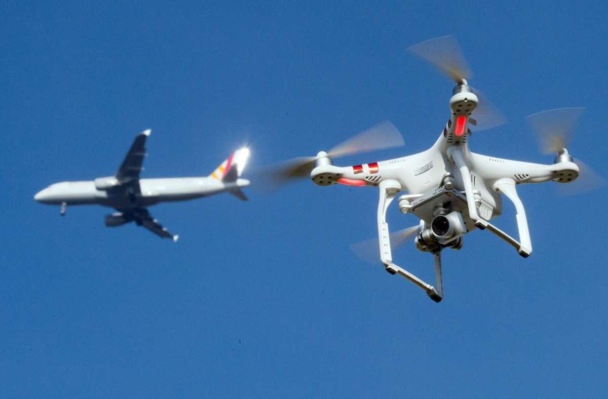 Drohnenflüge in der Nähe von Flughäfen sind eine Sicherheitsgefahr (Illustration). Trotz des massiv eingeschränkten Flugverkehrs ist die Zahl der Behinderungen durch Drohnen weiterhin hoch. Foto: dpa/Julian Stratenschulte