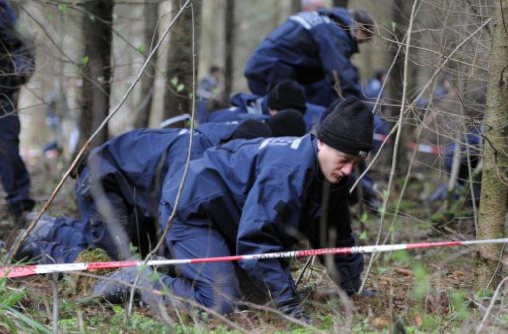 Ein Absperrband der Polizei begrenzt am 23. April 2012 ein Waldgebiet bei Nietheim, das von der Polizei durchsucht wird. Foto: dpa