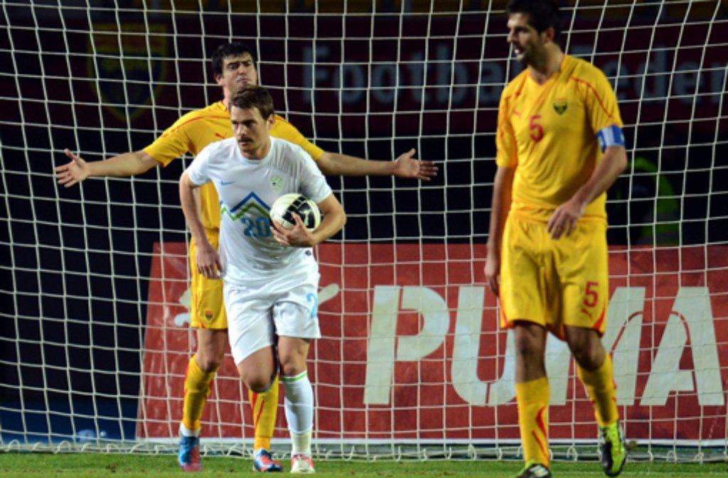 Botew Plowdiw (gelbe Trikots), der Europa-League-Quali-Gegner des VfB Stuttgart, ist in der Spielzeit 2011/12 in die erste bulgarische Liga aufgestiegen und schaffte als Tabellenvierter mit nur sechs Niederlagen in der vergangenen Saison den Sprung auf das internationale Parkett. Einer der bekannteren Spieler in einem nahezu unbekannten Kader ist Innenverteidiger Boban Grncarov (rechts). Der Mazedonier hat bislang 30 Länderspiele (ein Tor) für sein Land absolviert und soll VfB-Treffer durch Ibisevic und Co. verhindern. An der Seite des 30-jährigen Grncarov könnte ... Foto: dpa
