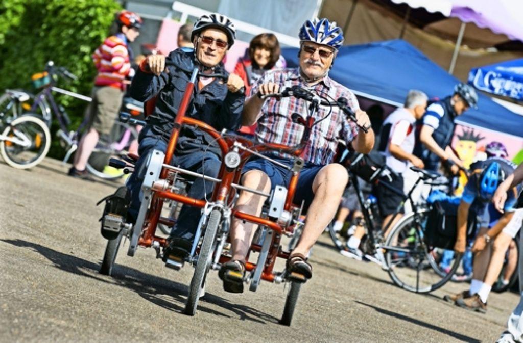 Hartmut Wiegmann (rechts) und Peter Heister auf ihrem speziellen Rad Foto: Horst Rudel