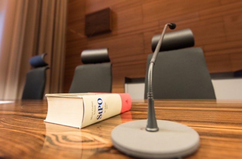 Die Strafprozessordnung liegt vor dem Prozessbeginn im Landgericht in Freiburg auf dem Tisch der Richterin. Foto: dpa