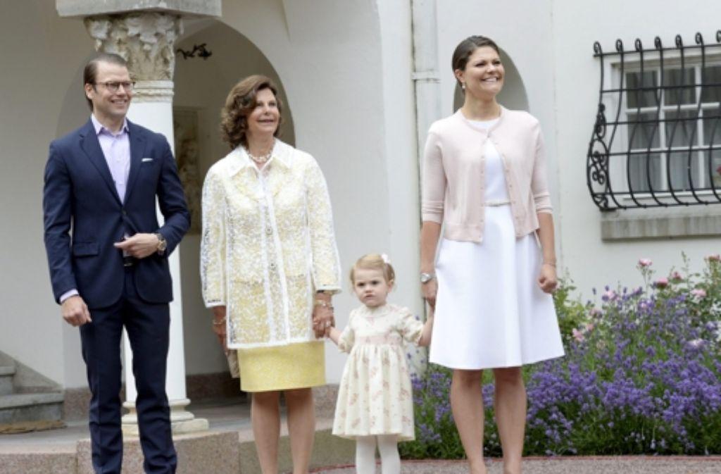 Königin Silvia von Schweden mit ihrer Tochter Victoria, ihrem Schwiegersohn Daniel und ihrer Enkelin Estelle. Foto: dpa