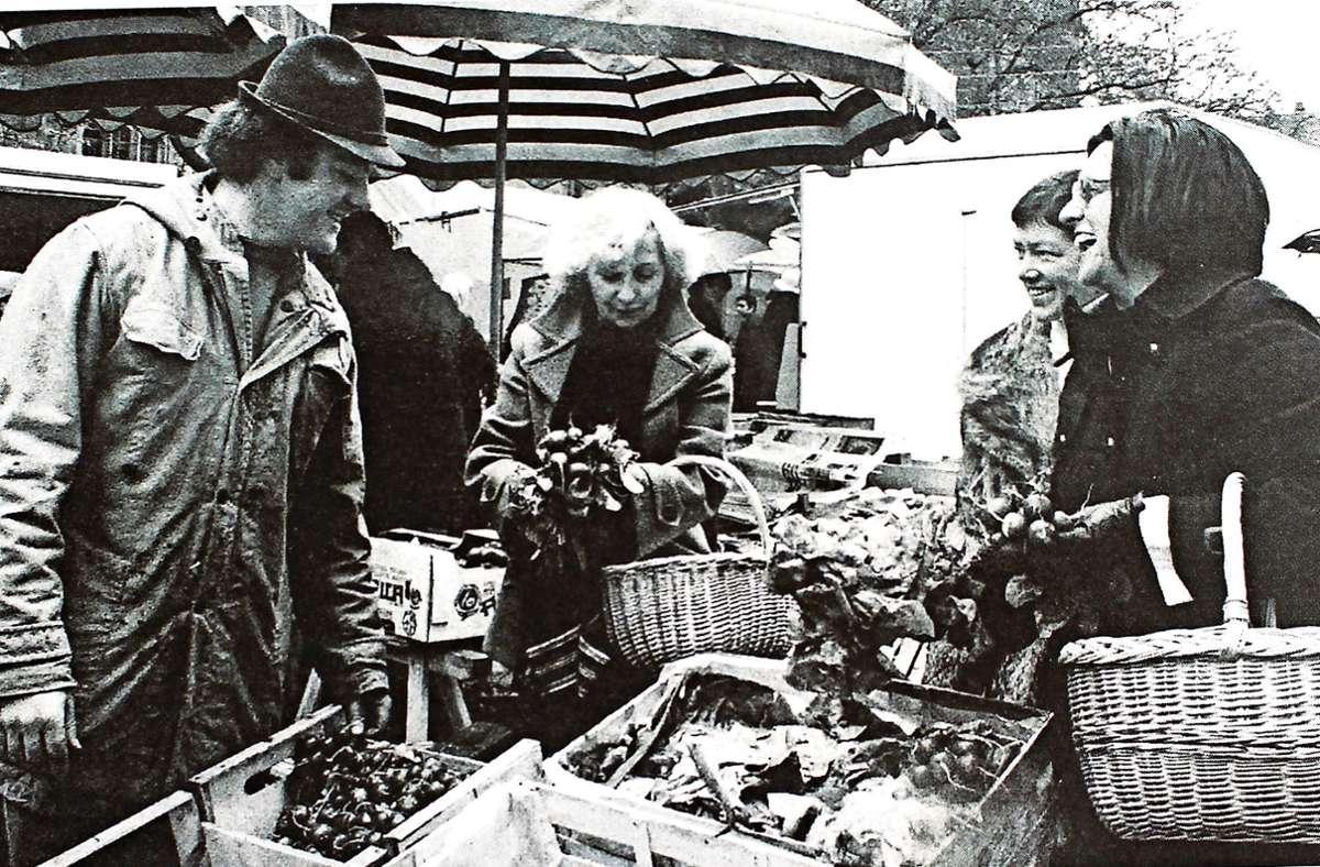 Eröffnung des Wochenmarktes in Möhringen 1975 mit den damaligen SPD-Bezirksbeirätinnen Charlotte Beecken und Sieglinde Schell-Dahlem sowie der Initiatorin und SPD-Stadträtin Gerda Strunk (Frauen von links) Foto: Caroline Holowiecki