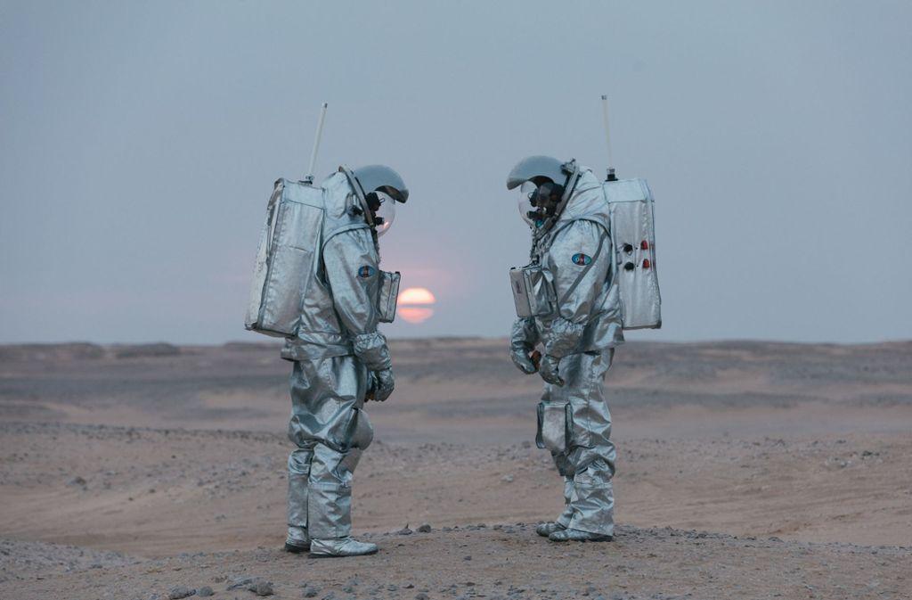 Die Astronauten Joao Lousada (l) und Stefan Dobrovolny stehen in der Wüste im Oman. Fünf sogenannte Analog-Astronauten des Österreichischen Weltraum Forums (ÖWF) haben drei Wochen lang abseits der Zivilisation eine Mars-Mission simuliert. Foto: dpa/Florian Voggeneder