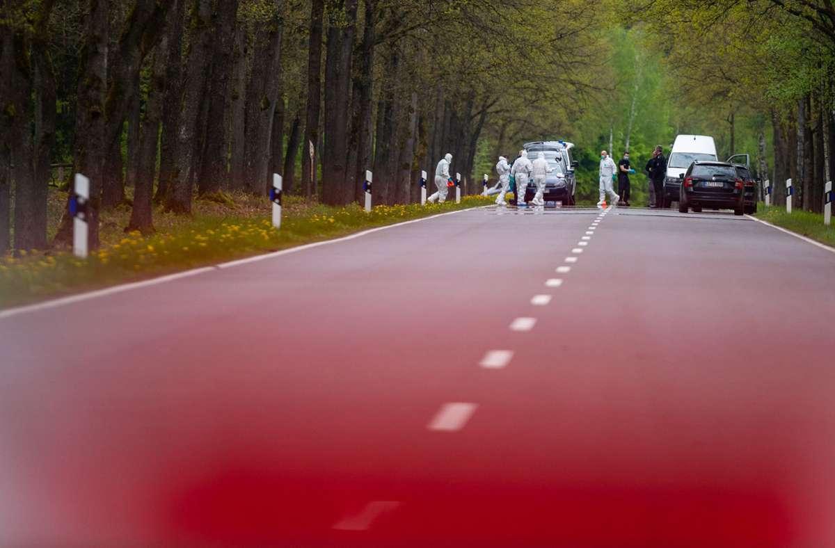 Beamte der Spurensicherung in weißen Schutzanzügen sichten den Fundort der Kinderleiche. Foto: dpa/Philipp Schulze