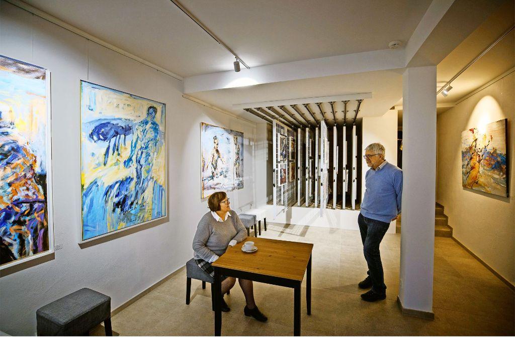 Ursula  und Michael Schäfer sind jetzt Galeriebesitzer in Waiblingen. Kaffee servieren sie auch noch. Foto: Gottfried Stoppel
