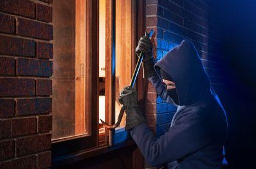 Einbrecher hinterlassen oft eine Schneise der Verwüstung und ein sehr ungutes Gefühl. Verschiedene Sicherheitsvorkehrungen können helfen, Einbrüche zu verhindern.
