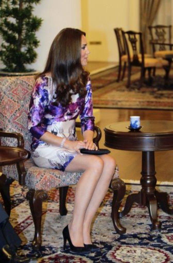 Singapur, 11. September: Am Abend empfängt Präsident Tony Tan das royale Paar im Präsidentenpalast. Ist es eine Geste der Verbundenheit, dass Kate zu einem ornamentalen Cocktailkleid des lokalen Designers Prabal Gurung greift? Foto: dpa