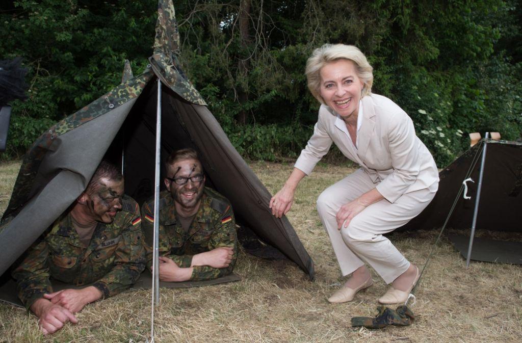 Ministerinnenbesuch am Zelt – das sieht wahrscheinlich gemütlicher aus als es ist. Foto: dpa