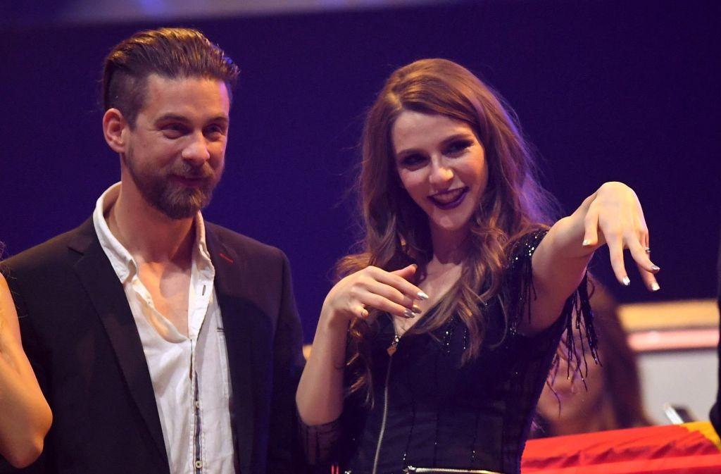 Glücklich und sichtlich stolz streck die mazedonische Kandidatin Jana Burceska ihren Verlobungsring in die Kamera. Foto: dpa