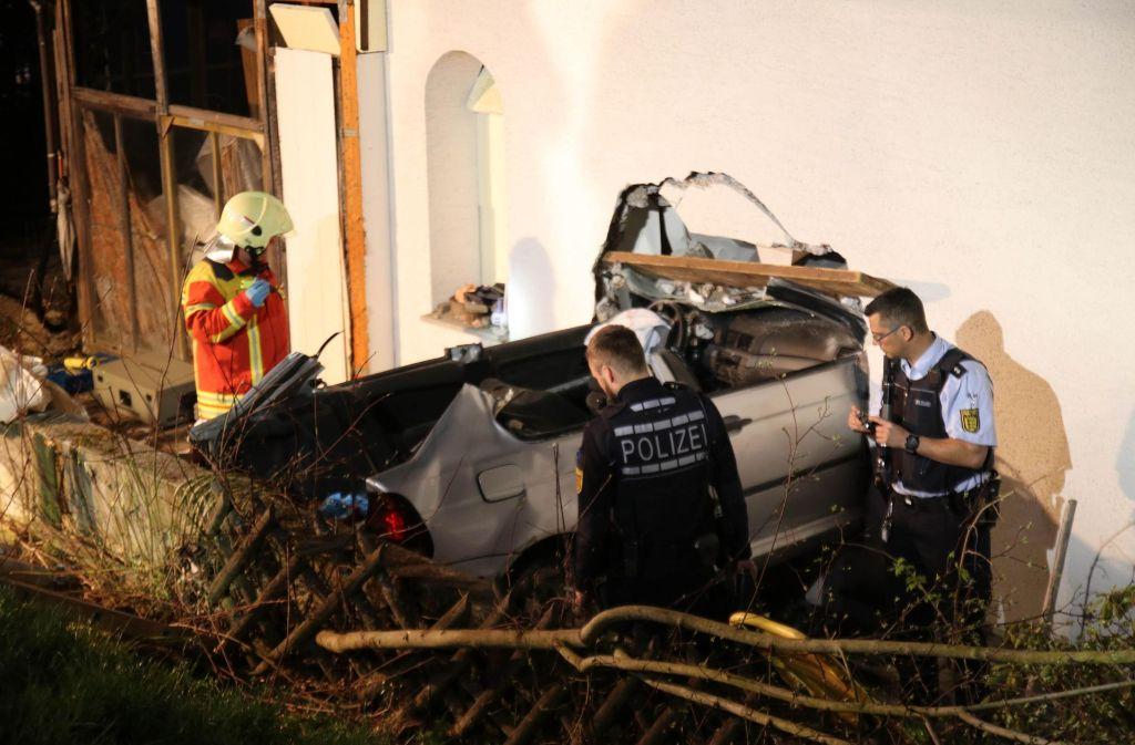 In Pfullingen ist eine 21-Jährige mit ihrem Auto durch eine Hauswand gekracht. Foto: 7aktuell.de/Lukas Felder