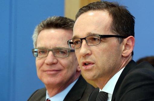 Innenminister de Maizière und Justizminister Maas (rechts) haben sich im Streit über den Familiennachzug  geeinigt. Foto: dpa